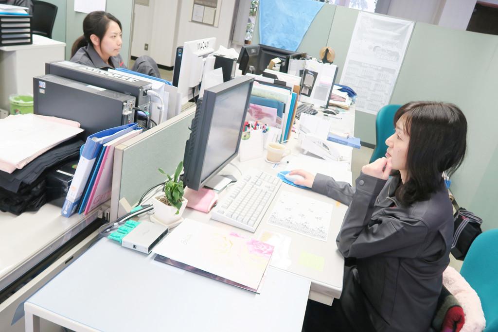 制服を揃えてからは、事務仕事の女性も作業着を着て働かれています