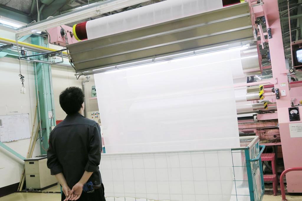 工場で染色前の生地が出来上がります