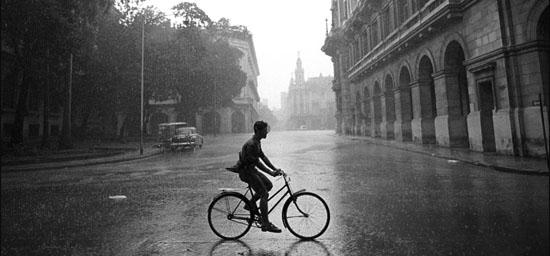 ジメジメした雨の日の自転車通勤…汗だくベタベタ不快を、サラサラ快適に変えるレインウェア!