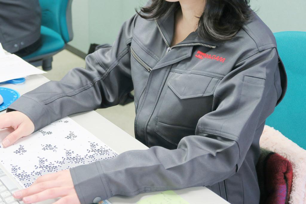 女性専用の作業服はだぼつかないすっきりシルエットです